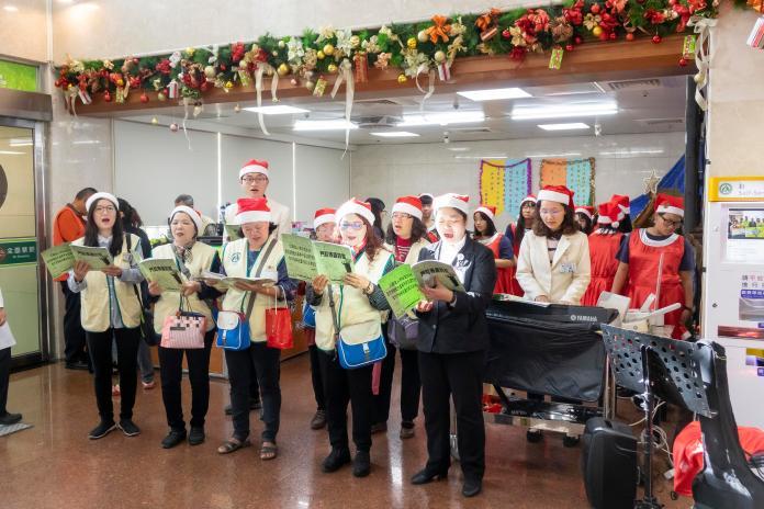 <br> ▲歡唱聖誕歌曲把耶穌降生帶來的愛、平安、喜樂傳揚出來。(圖/記者陳雅芳攝,2019.12.23)
