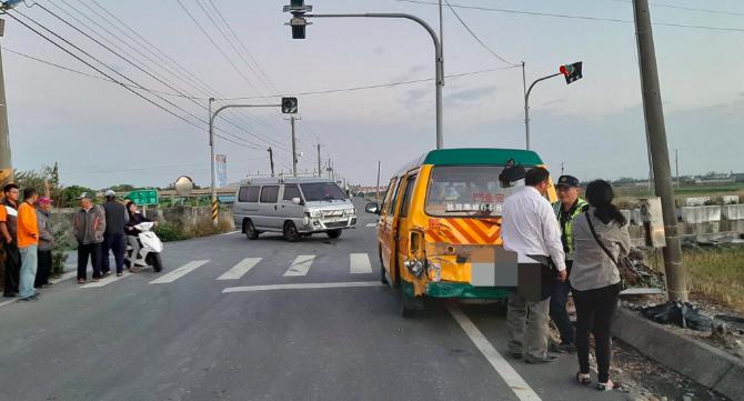 <br> ▲一輛娃娃車在彰化大城鄉疑遭一輛箱型休旅車追撞。(圖/記者陳雅芳翻攝,2019.12.23)