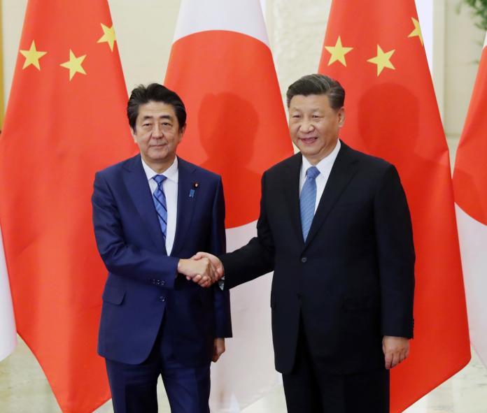 ▲日本首相安倍晉三與中國國家主席習近平, 23 日於北京人民大會堂進行會談。(圖/美聯社/達志影像)