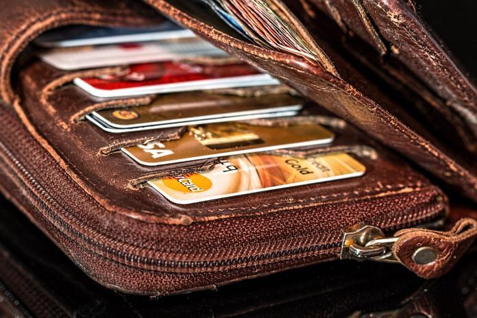 ▲有網友在 PTT 女孩版好奇提問,究竟該選用哪張信用卡作為主力?貼文立刻引爆網友熱議,豈料全場答案竟非常一致,更有內行鄉民點出最狂組合。(示意圖/翻攝自 Pixabay )