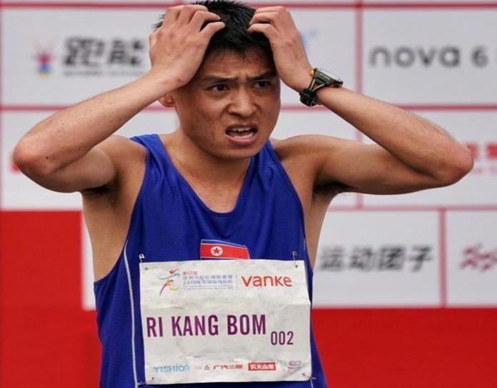▲北韓 1 名選手, 22 日在大陸東菀馬拉松比賽中,因不小心跟著轉播車跑錯路,痛失冠軍。(圖/翻攝自澎湃新聞微博)