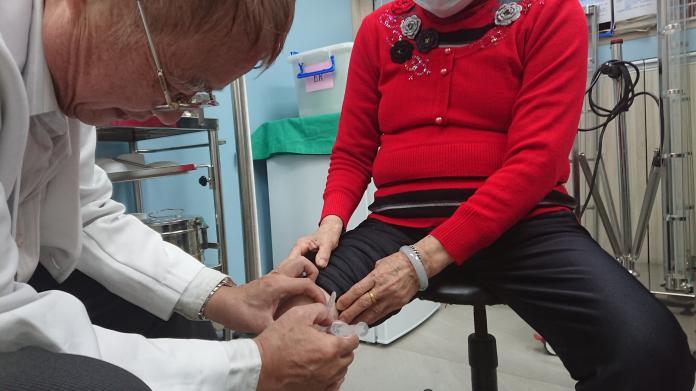 <br> ▲患者膝蓋痠痛,宏仁醫院骨科醫師沈東錫注射葡萄糖液。(圖/記者陳雅芳攝,2019.12.24)