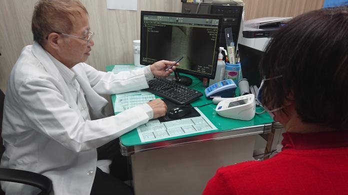 <br> ▲員林宏仁醫院骨科醫師沈東錫,說明增生療法的應用範圍。(圖/記者陳雅芳攝,2019.12.24)
