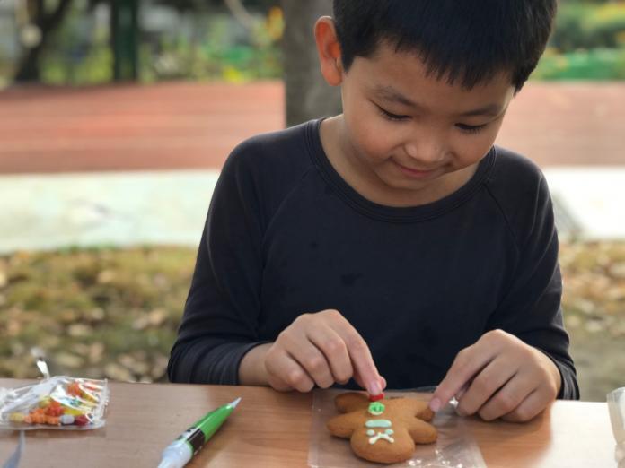 <br> ▲學童說,每個彩色糖漿都有不同的顏色,我把最喜歡的老師畫成我的薑餅人,我想拿給老師看看我的作品。(圖/記者陳雅芳攝,2019.12.24)