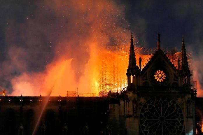 <br> ▲遭到大火吞噬的巴黎聖母院。(圖/美聯社/達志影像)