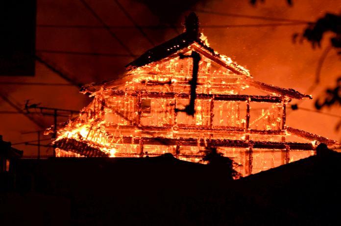 <br> ▲遭到大火吞噬的沖繩首里城。(圖/美聯社/達志影像)