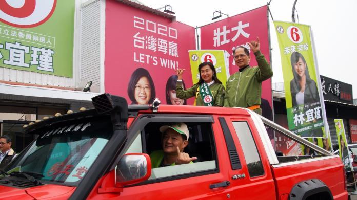 ▲前行政院長游錫堃24號來到台南第四選區,陪同民進黨候選人林宜瑾車隊遊行向選民拜票。(圖/公關照片)