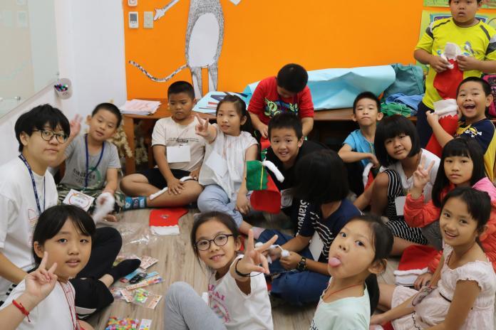<br> ▲小朋友在大葉大學英語系同學帶領下,快樂學英語。(圖/記者陳雅芳攝,2019.12.25)