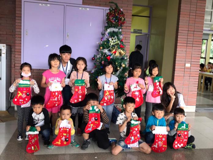 <br> ▲小朋友開心展示英語系教他們做的聖誕襪。(圖/記者陳雅芳攝,2019.12.25)