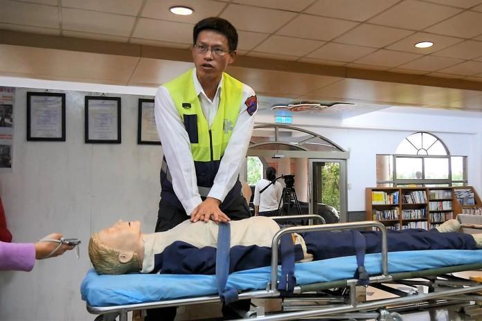 老阿嬤異物梗塞住家昏迷 119隔空電話指導家屬CPR救回