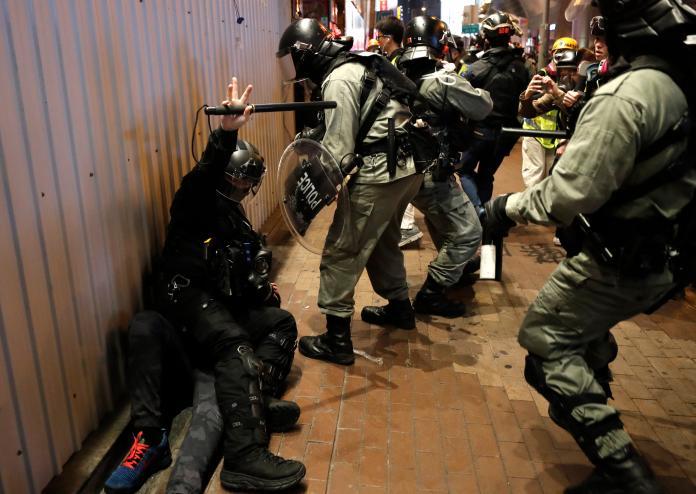 ▲香港耶誕時節再度爆發警民衝突,多名港人於街頭或商場被捕。(圖/美聯社/達志影像)
