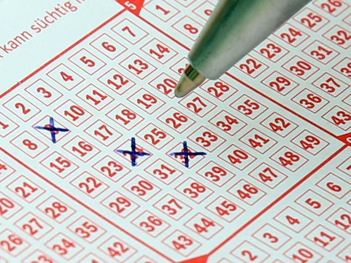 ▲有一位美國男不慎簽了2張相同號碼彩券,卻意外獲得高額彩金。(示意圖/ Pixabay )