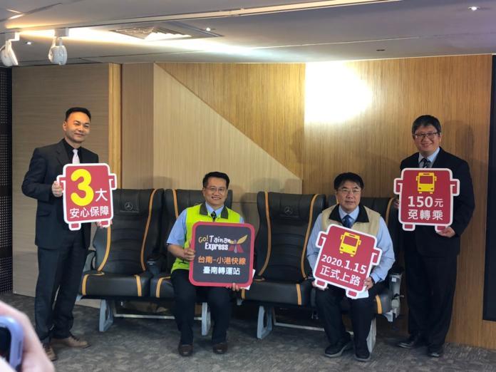 台南市長黃偉哲(右二)與台南觀旅局局長陳信安(右一)、市議員蔡旺詮(左二)、台南交通局局長王銘德(左一)一同體驗小港快線舒適寬敞的座椅