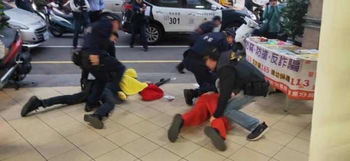 <br> ▲裝扮聖誕老人及香蕉人的搶匪在銀行門口遭警方逮捕。(圖/警方提供)