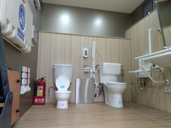 ▲多功能親善流廁車內的無障礙廁間。(圖/台北市環保局提供)