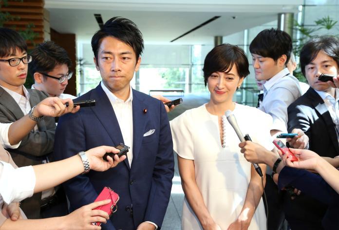 ▲小泉進次郎今年 8 月才宣布與知名混血主播瀧川克莉絲汀的婚訊。(圖/美聯社/達志影像)