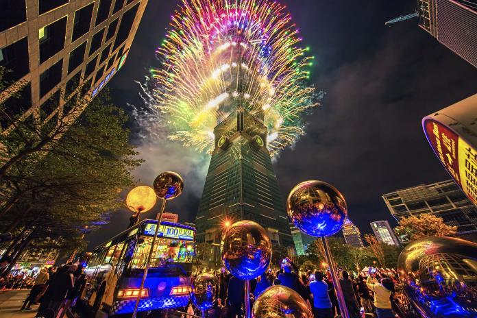 ▲台北101跨年煙火大秀搭配全新升級的T-Pad燈網,成為全球矚目焦點。周邊百貨也備戰,吃喝玩樂樣樣有。 (圖/台北101提供)