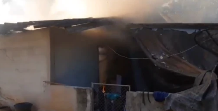 ▲泰國 1 處木製民宅日前因半夜放著手機充電、電線走火而發生火災, 1 死 1 重傷。(圖/翻攝自英國太陽報)