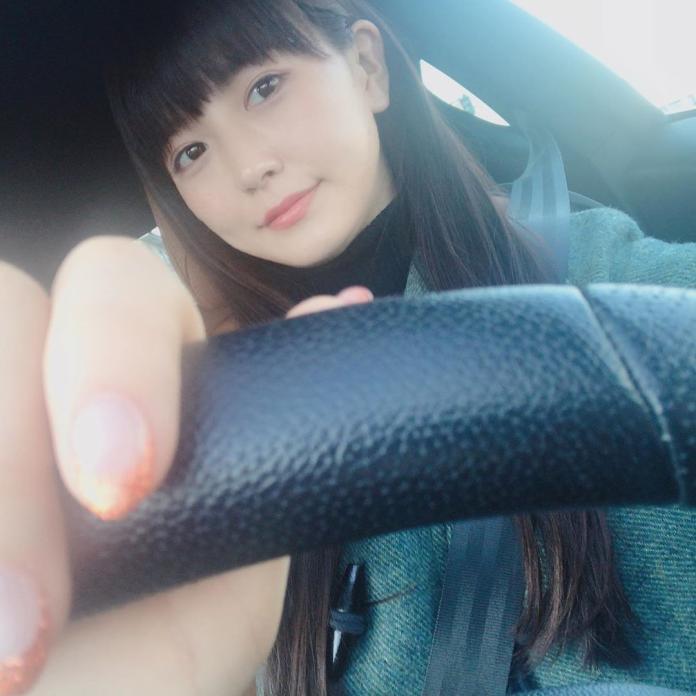 <br> ▲正妹駕駛身材姣好,笑容甜美。(圖/翻攝自 aimi_feti的 IG )