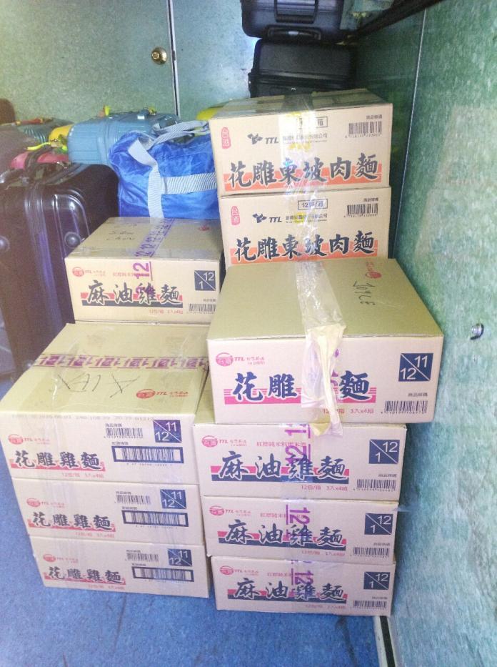<br> ▲原 PO 貼出照片,證明外國人大量採買泡麵。(圖/翻攝自 PTT )