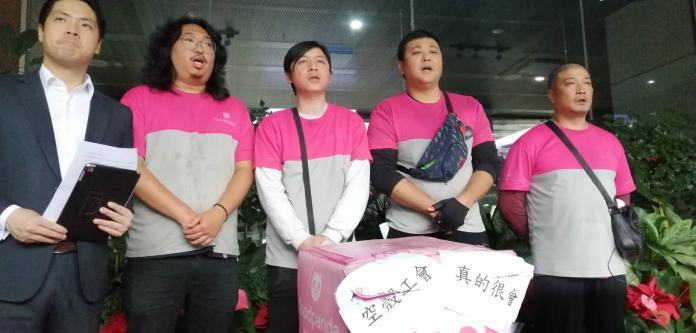 ▲外送員今(30)日於台北市政府門前控訴Food Panda。(圖/台北市勞動局提供)