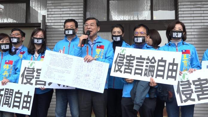 國民黨立院黨團總召曾銘宗,帶領國民黨團立委在議場外表達抗議。