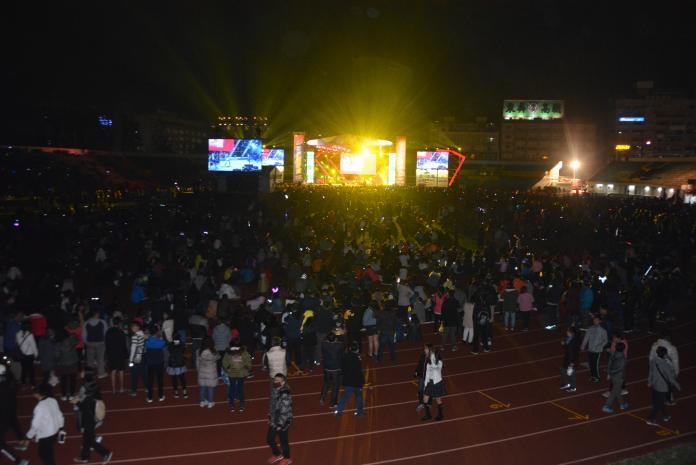<br> ▲躋滿立體育場的參與跨年晚會熱情民眾。(圖/記者郭政隆攝影2020.1.1)