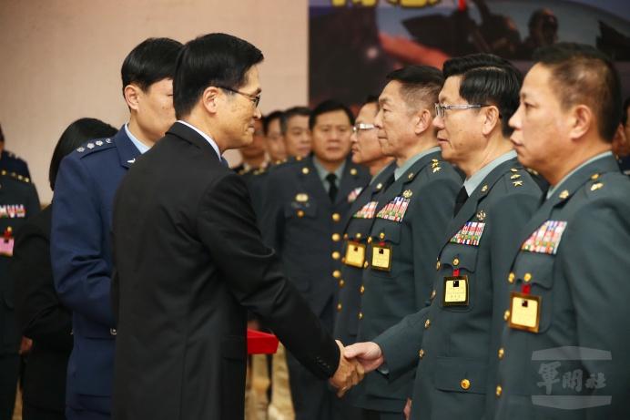 ▲ 國防部長嚴德發為晉任將領授階。(軍聞社記者李一豪攝)