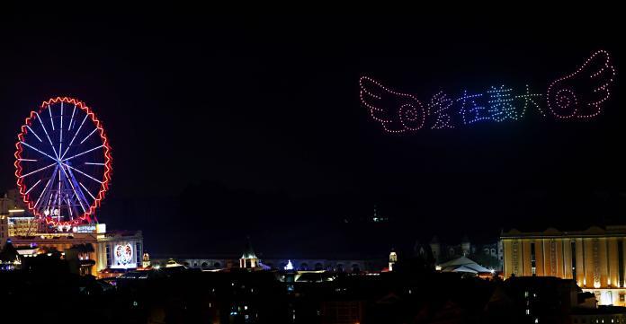 <br> ▲義大世界跨年活動祭出全台規模最大的400台無人機燈光演出。(圖/記者陳美嘉攝,2020.01.01)