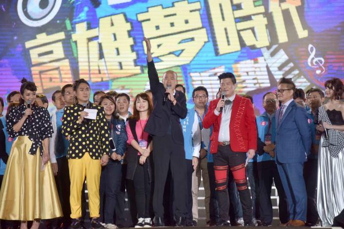 ▲國民黨總統參選人韓國瑜在晚間11點56分抵達夢時代,陪著群眾倒數跨年。(圖/高市府提供)