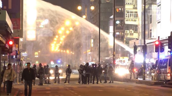 <br> ▲香港警方出動水炮車驅散民眾。(圖/翻攝RTHK影片)