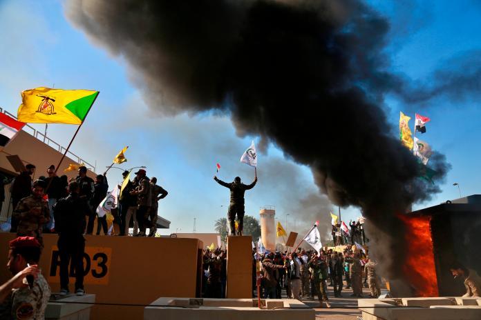 ▲伊拉克支持伊朗的群眾今天攻擊美國大使館後,美國表示將增派部隊至駐巴格達大使館。(圖/美聯社/達志影像)