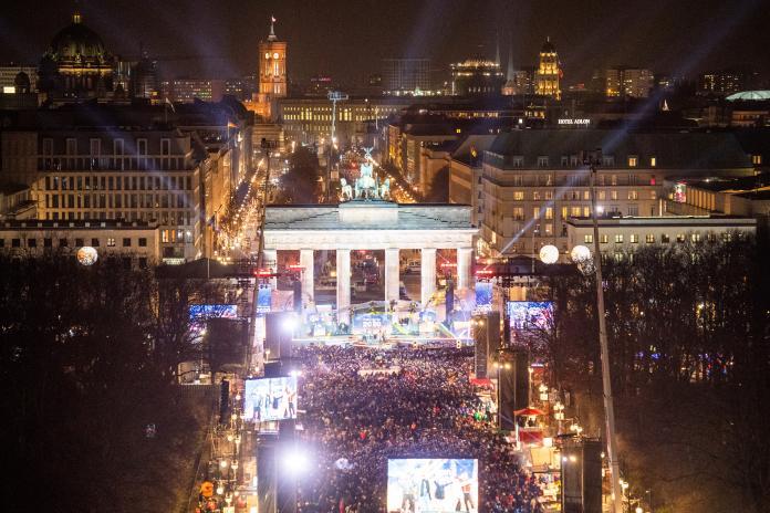 ▲德國柏林的布蘭登堡門前,聚集大批民眾迎接 2020 到來。(圖/美聯社/達志影像)