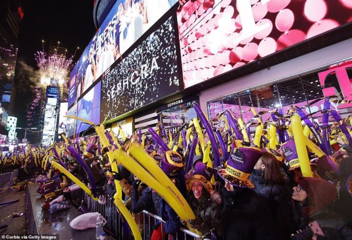 ▲齊聚時代廣場歡慶 2020 的民眾。資料照。(圖/翻攝自英國每日郵報)