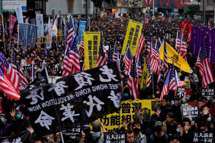▲香港民陣在元旦下午舉辦遊行,現場人潮擁擠。(圖/美聯社/達志影像)