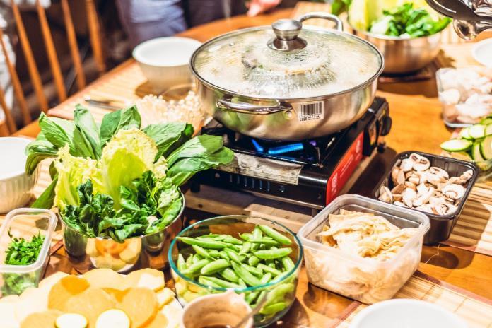 ▲國民健康署指出,一頓吃到飽的火鍋等於吃掉一大匙的食鹽,不過,只要把握吃火鍋的「挑3減4」原則,就能輕鬆爽吃無負擔。(示意圖/取自pixabay)