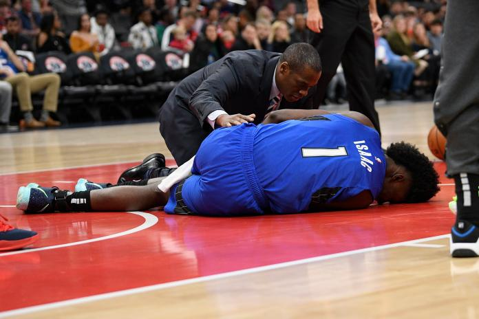 NBA/怵目驚心! 魔術隊新星艾薩克<b>膝蓋</b>變形被扛出場