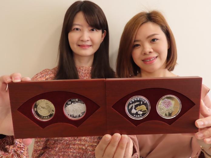 ▲中央銀行宣布,1月14日將委請台灣銀行發售第3輪生肖紀念套幣系列第4套「庚子鼠年生肖紀念套幣」11萬套,每套售價新台幣1800元。(圖/記者顏真真攝)