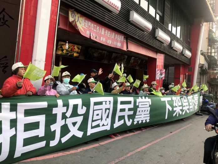 <br> ▲ 台南市第四選區立委候選人林宜瑾秀出大布條,醒目的大布條也吸引了不少路過民眾的目光。(圖/公關照片)