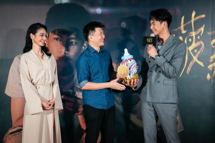 ▲吳念軒(右)、陳雪甄(左)送上金牌奶瓶,恭喜導演廖克發喜獲麟兒。(圖/牽猴子)