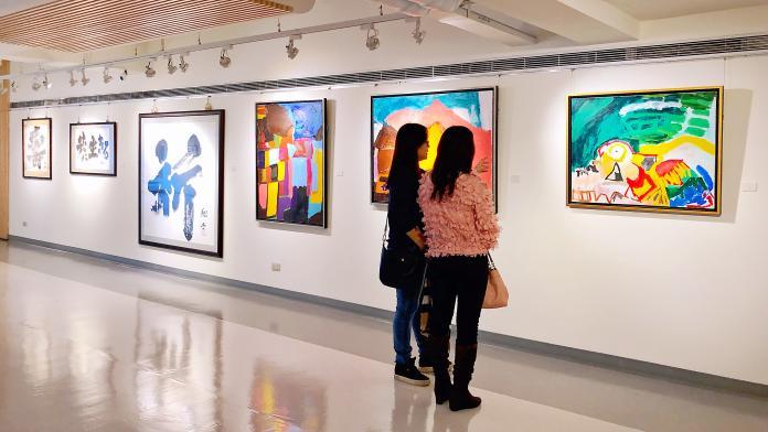<br> ▲「精靈的對話」日本台灣國際藝術文化交流展,展出60幅作品。(圖/記者陳美嘉攝)
