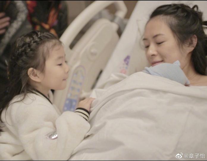 多圖/章子怡元旦生出「大胖小子」 產房抱寶寶亮相