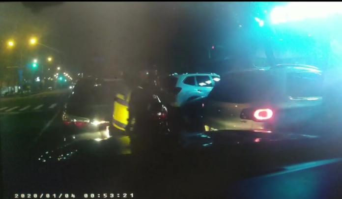 高雄傳槍響男子<b>拒檢</b>衝撞警車 警連開22槍仍逃逸