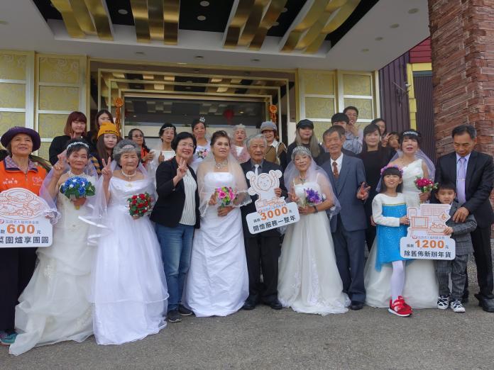 <br> ▲縣長王惠美與穿婚紗的長輩及志工們合照。(圖/記者陳雅芳攝,2020.01.05)