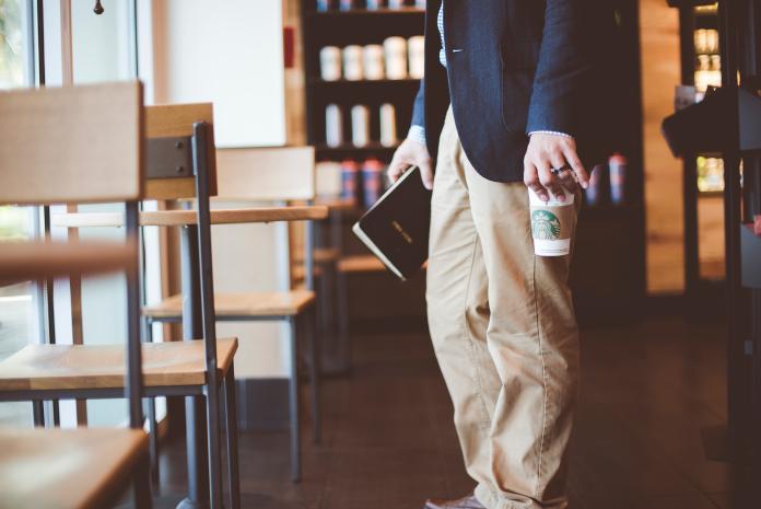 ▲姊弟去星巴克買咖啡,弟弟卻遭姊姊的一句話惡整。(示意圖,非當事人/取自 Unsplash )