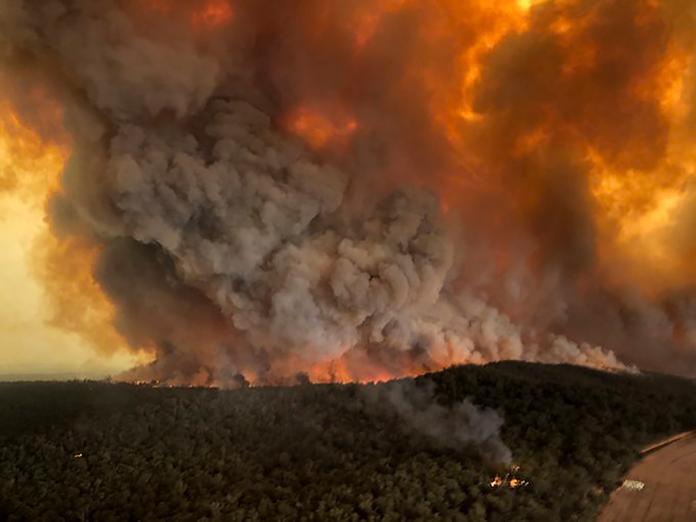 ▲澳洲野火持續延燒,總理坦言情況不樂觀,可能還會再燒上幾個月。(圖/美聯社/達志影像)