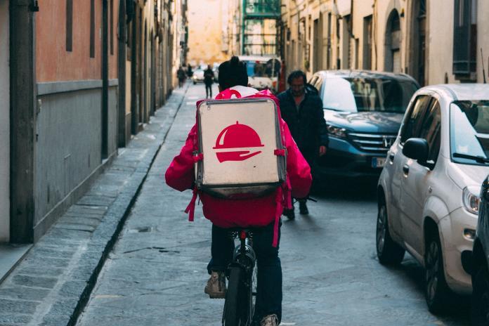 ▲中國大陸一名男外送員對於訂單備註「代買物品」相當警覺,立刻報警。(示意圖,非當事人/取自 Unsplash )