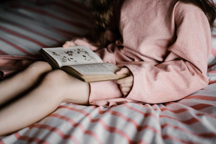 4歲兒子超愛跟嬤睡!爸媽聽完「改編版白雪公主」跪了