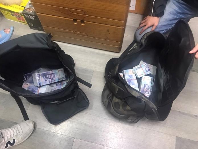 <br> ▲警方查扣詐騙集團大批贜款(圖/警方提供)