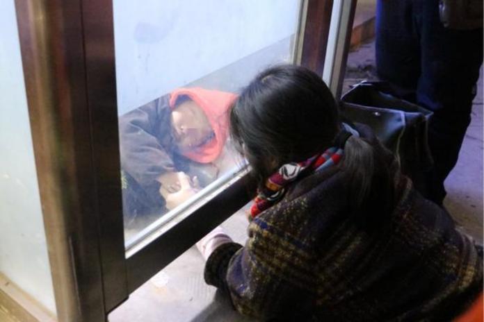 「你忙,我睡會」?陸2歲童貪玩被困ATM 警消忙翻他酣睡